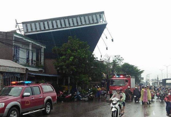 Bảng quảng cáo khổng lồ đè chết người ở Sài Gòn, ai phải chịu trách nhiệm?