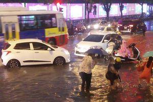 Hà Nội: Giao thông hỗn loạn vì mưa lớn