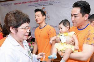 Hứa Vĩ Văn bật khóc khi đến thăm các trẻ em bị hở hàm ếch