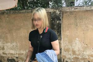 Thiếu nữ tóc trắng đâm gãy chân cảnh sát cơ động được gia đình bảo lãnh