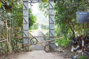 Đứt dây néo cầu treo bắc qua sông Mã khiến việc đi lại khó khăn