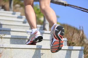 Leo cầu thang bộ: tim khỏe – săn cơ