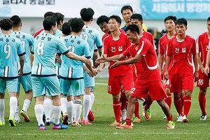 Công nhân Hàn - Triều bắt tay thân thiết trong trận giao hữu bóng đá