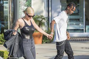 Kylie Jenner khoe ba vòng nóng bỏng, tình tứ nắm tay bạn trai dạo phố