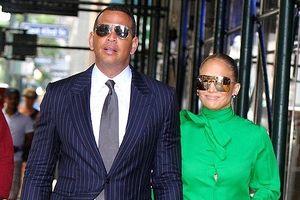 Jennifer Lopez bất ngờ gặp sự cố trang phục khi sánh đôi bên tình trẻ