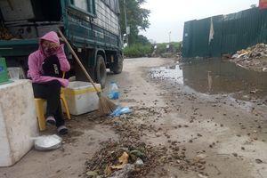 Hà Nội: Xe tải bán hàng rong bủa vây Đại lộ Thăng Long