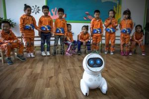 Công nghệ Trung Quốc: Robot làm trợ giảng tại trường mầm non