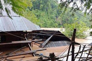 Cận cảnh nước ngập đến tận nóc nhà, hàng trăm gia đình phải di dời tại Nghệ An