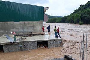 Mưa lũ ở Nghệ An khiến 5 người chết, nhiều tuyến đường bị ngập sâu
