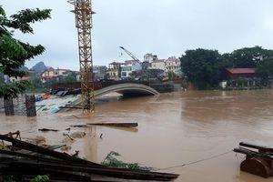 Clip: Cầu Kỳ Cùng Lạng Sơn đang xây dở bị chìm trong nước lũ