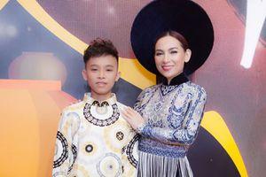 Hồ Văn Cường cùng mẹ nuôi Phi Nhung tự tin trình diễn thời trang