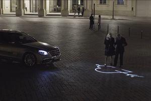Xe Mercedes dùng đèn pha giao tiếp với người đi đường