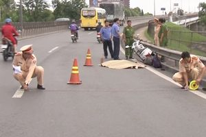 Tài xế xe tải cán chết người trên quốc lộ rồi bỏ trốn