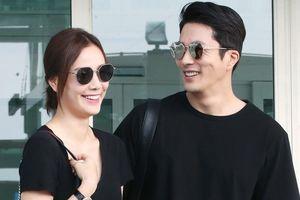 Kwon Sang Woo trẻ trung bên vợ hoa hậu ở sân bay