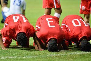 Hạ Malaysia, các cầu thủ Olympic Bahrain cúi đầu quỳ trên sân cỏ