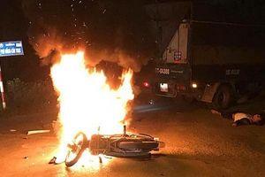 Xe máy cháy rụi sau va chạm với ô tô tải, 2 anh em thương vong