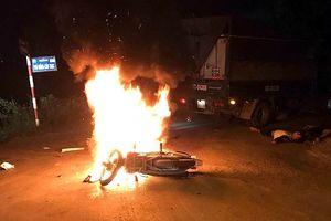 Xe máy bốc cháy sau va chạm với xe tải, anh em sinh đôi thương vong
