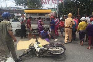 Cha ôm thi thể con trai gào khóc vì tai nạn giao thông