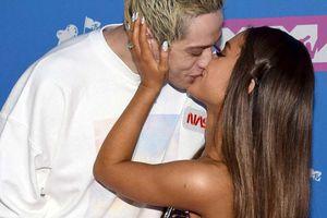 Ariana Grande 'khóa môi' Pete Davidson trên thảm đỏ MTV Video Music Awards 2018