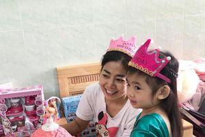 Mai Phương mừng sinh nhật con gái ở bệnh viện
