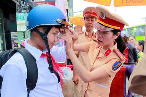 CSGT TP.HCM tặng 1.000 nón bảo hiểm đạt chuẩn cho trẻ em