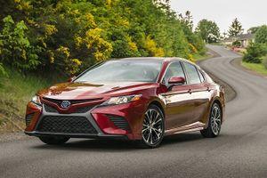 Bán 'đắt như tôm tươi', Toyota Camry tăng giá bán