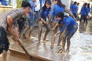 Nghệ An sau lũ: Thầy trò kiệt sức đẩy bùn để khai trường