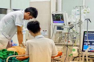 Một đêm giành giật sinh mạng với 'tử thần' của những 'chiến binh áo trắng' Bệnh viện Bạch Mai