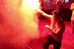 CĐV Hải Phòng nhảy nhạc sàn, đốt pháo sáng cổ vũ Olympic Việt Nam
