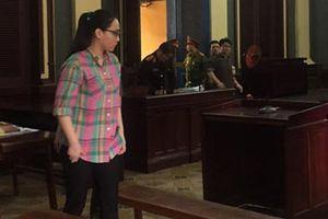 'Trị' bị cáo giả điên khi ra tòa