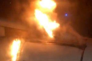 Máy bay đáp khẩn vì cháy động cơ