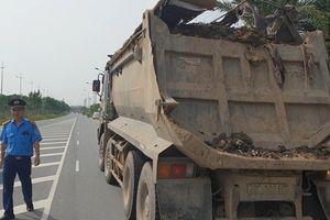 Bắt quả tang 'thủ phạm' rải đất trên cầu Nhật Tân