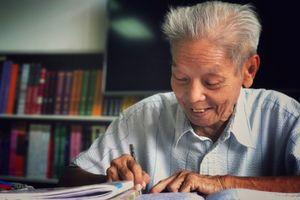 Ông lão U80 ở Sài Gòn ngày ngày cặm cụi đến thư viện luyện học tiếng Anh vì tình yêu dành cho con gái