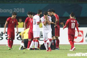 Bị truất quyền thi đấu, cầu thủ Bahrain bật khóc ngay trên sân