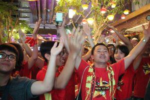 Olympic Việt Nam thắng, muôn kiểu ăn mừng của CĐV Việt Nam