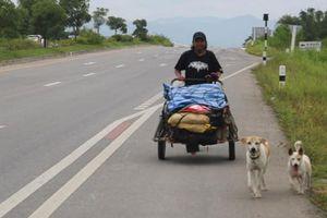 Người đàn ông đi bộ hơn 1.500 km trong một năm rưỡi để rải tro cốt bạn gái