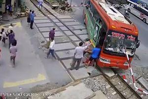 Xe khách Thanh Hóa lao thẳng đường ray: Tường trình bất ngờ của lái xe