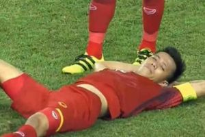 Tiết lộ lý do khó đỡ khiến Văn Quyết 'nằm nghỉ' trên sân