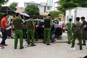Quảng Bình: Người đàn ông lao thẳng ô tô vào trụ sở công an, cầm dao đe dọa