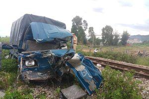 Xe tải va chạm tàu hỏa, tài xế và phụ xe nguy kịch