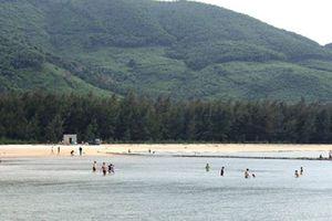 Thừa Thiên- Huế: Đi tắm biển, 5 học sinh bị sóng cuốn trôi