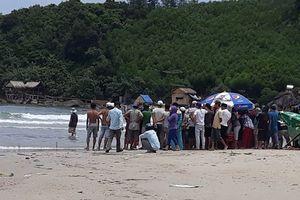 Đi dự sinh nhật ngoài bãi biển, 5 học sinh bị sóng cuốn trôi