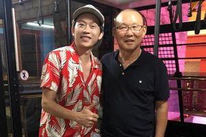 Tuấn Hưng, Hoài Linh ăn mừng 'quên trời đất' trước kỳ tích của U23 Việt Nam