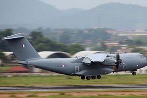 Máy bay vận tải Không quân Pháp bay biểu diễn trên bầu trời Việt Nam