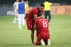 Áo đấu không tên cầu thủ, chỉ có 'SYRIA' và nỗi đau in hằn lên sân bóng