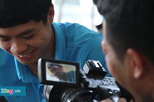 Clip: Đức Chinh mượn máy quay tập làm phóng viên, phỏng vấn Công Phượng