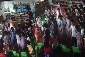 Clip nhiều trẻ mầm non lao vào đánh một bạn trong lớp trước mặt cô giáo gây phẫn nộ