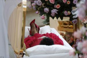 Thi thể 'nữ hoàng nhạc Soul' Aretha Franklin diện đầm đỏ và mang giầy Christian Louboutins