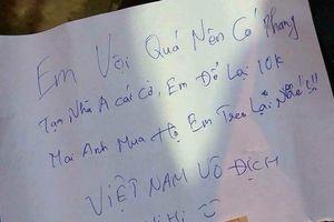 Lấy cờ đi bão để lại 10k cùng thần chú 'Việt Nam vô địch', bao người sục sôi 'thế info em đâu?'