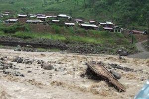 Mưa lũ ở Sơn La: sập cầu, bò trôi, dân phải di dời khẩn cấp